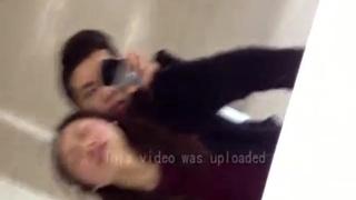 女生在男廁所露臉打砲 嬌喘聲吸引人!