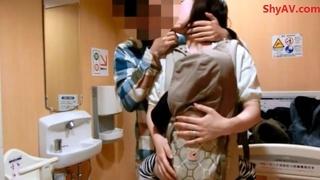 日本母亲抱着儿子跟跟老公做爱