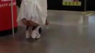 最新事件,实拍上海露臀少女公共场所下体真空夹跳蛋,都站不稳了,城里人真会玩 在人广站人流中露出屁股把阴道中的跳蛋拉出来。暴露的至高境界啊!