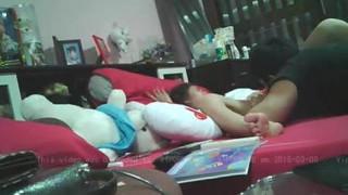 [偷拍露臉]泰國小MM讓大叔男友舔到很性奮,套套就在旁邊等著用! (有影)