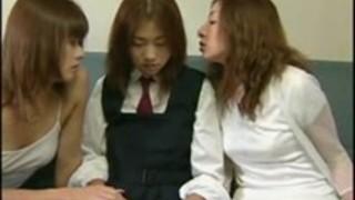 日本のレズビアンの変態は3人組のセックスのために女子学生を誘惑する