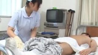 体を拭いていたら勃起しちゃった男性入院患者に優しく性欲処理するナース