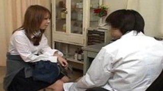 性病検査に来た制服女子校生が変態医師にヤリマンを観察されちゃう