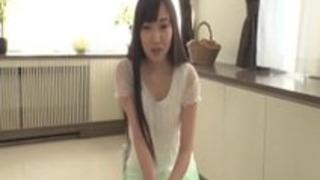ちえみ矢田は彼女の下着をダウンさせる貧しい感じています