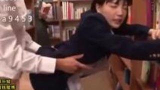 【鈴木心春】地味カワな女子高生が制服を着たまま図書館で鬼畜にレイプされ、立ちバックでザーメン中出し