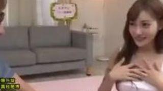 【明日花キララ】人気女優のプロの手ヌキフェラを10分ガマンでガチSEX!見事勝負に勝った素人チンコを特別奉仕w