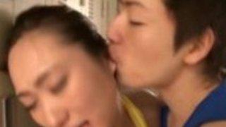 日本のティーンは彼女の情事を搾乳します