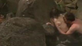 【人妻】個人撮影混浴露天風呂でセッ〇スしているリアルすぎる動画!オヤジの濃密責めに悶絶しまくる美熟女がチ〇ポを挿入され突きまくられるww