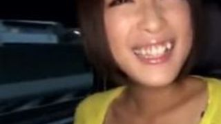 神乳AV女優小倉ゆずが走る車の車内でオナニーするエロ動画