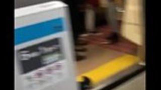 2日本の地下鉄で貧しい古い無防備な日本の男を打つクレイジーモンゴル人