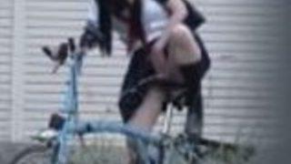 【あおいれな】自転車の椅子に媚薬を塗られた女子高生が徐々に発情し、通学路で小刻みに止まってサドルでオナニー