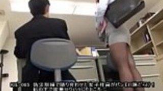 [Jap]私たちの地震の間に私の隣にいる女性従業員ドリルは私に彼女のパンティーの完全なビューを与えました!デスクの下で彼女を押しつぶしてセクシーなハラスメントを感じる...  -  JPorn.se