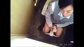 人妻パート事務員さんのトイレ 02